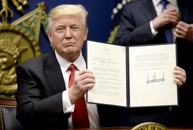 Tổng thống Mỹ Donald Trump ký sắc lệnh hành pháp (Ảnh: Reuters)