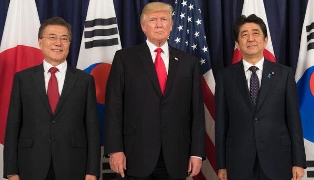 Tổng thống Donald Trump gặp Thủ tướng Shinzo Abe (phải) và Tổng thống Moon Jae-in (trái) bên lề hội nghị G20 tại Đức hồi tháng 7 (Ảnh: AFP)