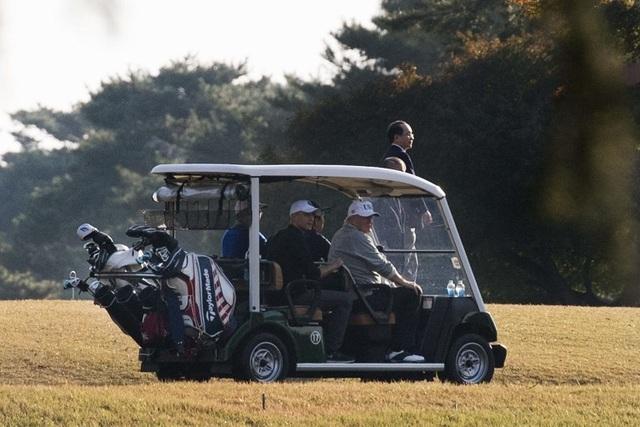 Tham gia trận đấu golf cùng Tổng thống Trump và Thủ tướng Abe là golf thủ chuyên nghiệp người Nhật Bản Hideki Matsuyama. Trong ảnh: Thủ tướng Abe lái xe đưa Tổng thống Trump tới địa điểm chơi golf (Ảnh: AFP)