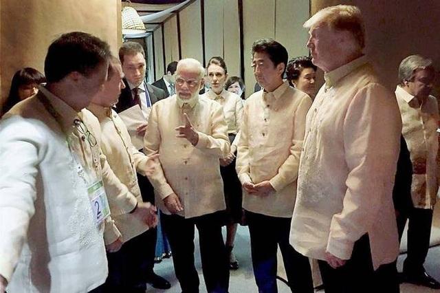 Thủ tướng Ấn Độ Narendra Modi (giữa) trao đổi cùng Thủ tướng Nhật Bản Shinzo Abe, Tổng thống Mỹ Donald Trump và các lãnh đạo cấp cao tại tiệc tối ở Manila ngày 12/11 (Ảnh: PTI)