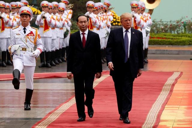 Chủ tịch nước Trần Đại Quang tiếp đón Tổng thống Mỹ Donald Trump thăm chính thức Việt Nam. (Ảnh: Reuters)