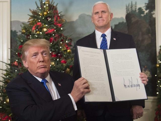 Tổng thống Mỹ Donald Trump ký tuyên bố công nhận Jerusalem là thủ đô của Israel (Ảnh: AFP/Getty)