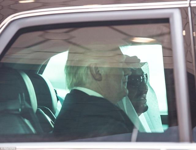 Tổng thống Trump và Quốc vương Ả-rập Xê-út ngồi cùng trên ô tô của ông Trump trong lễ đón tại sân bay. Ô tô này, mang biệt danh The Beast, đã được vận chuyển trên cùng chuyên cơ Không lực Một.