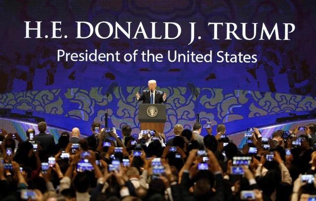 Việt Nam là điểm dừng chân thứ 4 của Tổng thống Trump trong chuyến công du châu Á. Trong ngày đầu tiên tại thành phố Đà Nẵng, ông Trump đã có bài phát biểu tại hội nghị thượng đỉnh doanh nghiệp CEO Summit trong khuôn khổ Tuần lễ cấp cao APEC 2017.