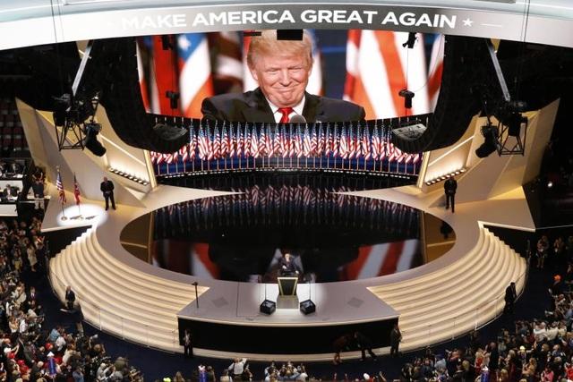 Sau khi Thượng nghị sĩ Ted Cruz, đối thủ mạnh nhất của ông Trump trong đảng Cộng hòa, tuyên bố dừng chiến dịch tranh cử, ông Trump trở thành người cuối cùng còn trụ lại của đảng Cộng hòa trong cuộc đua vào Nhà Trắng. Ngày 21/7/2016, ông Donald Trump chính thức nhận đề cử của đảng Cộng hòa làm ứng viên đại diện cho đảng ra tranh cử tổng thống Mỹ. Trong ảnh: Donald Trump trên sân khấu của đại hội toàn quốc đảng Cộng hòa tháng 7/2016 (Ảnh: Reuters)