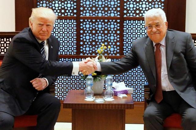 Tổng thống Trump và Tổng thống Palestine Mahmoud Abbas bắt tay trước khi bắt đầu cuộc gặp tại Cung điện tổng thống ở thành phố Bethlehem.