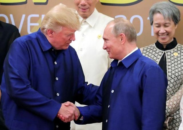 Tổng thống Trump bắt tay Tổng thống Nga Vladimir Putin khi hai nhà lãnh đạo chụp ảnh lưu niệm chung tại hội nghị APEC ở Đà Nẵng.