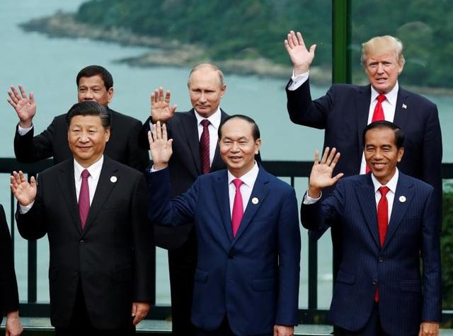 Tổng thống Trump chụp ảnh cùng lãnh đạo 21 nền kinh tế thành viên APEC tại Đà Nẵng.