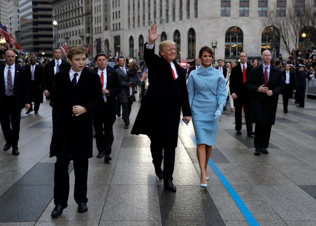 Bà Melania mặc áo khoác, đi giày và mang găng tay cùng màu trong lễ diễu hành tại thủ đô Washington. (Ảnh: Reuters)