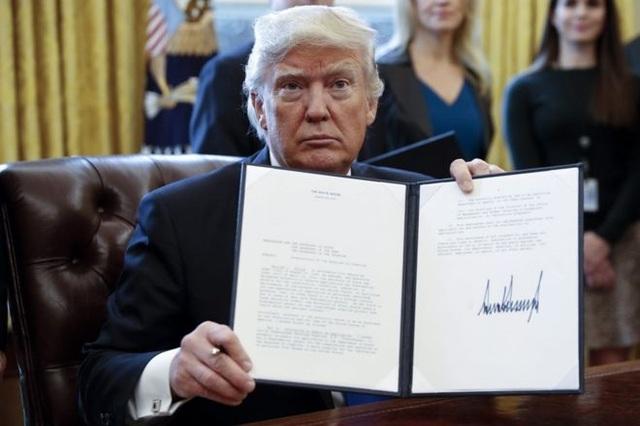 Tổng thống Mỹ Donald Trump ký sắc lệnh hành pháp (Ảnh: EPA)