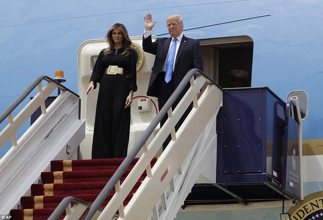Tổng thống Mỹ Donald Trump vẫy tay chào khi ông và Đệ nhất phu nhân Melania Trump bước ra từ chuyên cơ Không lực Một tại sân bay Vua Khalid ở thủ đô Riyadh ngày 20/5.