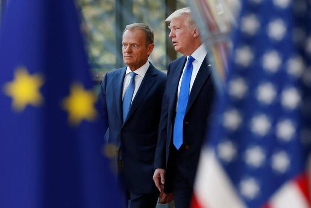 Tổng thống Trump trò chuyện cùng Chủ tịch Hội đồng châu Âu Donald Tusk tại Brussels, Bỉ khi cả hai nhà lãnh đạo chuẩn bị tham dự hội nghị thượng đỉnh của NATO.