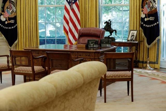 Cận cảnh bàn làm việc của Tổng thống Trump tại Phòng Bầu Dục ngày 22/8 sau khi quá trình tu sửa tại Nhà Trắng đã gần như hoàn tất.
