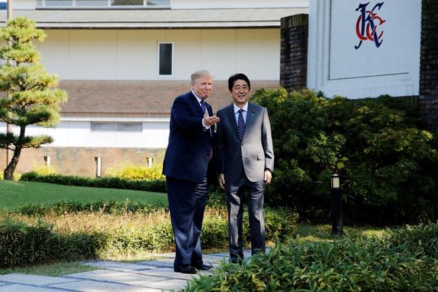 Theo AFP, Tổng thống Donald Trump và Thủ tướng Shinzo Abe hôm nay đã dùng bữa trưa cùng nhau và dường như cùng thảo luận về chủ đề kinh doanh trước khi chơi golf tại Câu lạc bộ Quốc gia Kasumigaseki - nơi sẽ diễn ra Thế vận hội Olympic Tokyo 2020. (Ảnh: Reuters)