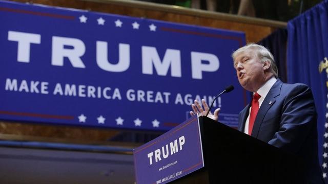 Ông Trump với câu khẩu hiệu tranh cử nổi tiếng Làm cho nước Mỹ vĩ đại trở lại (Ảnh: Reuters)