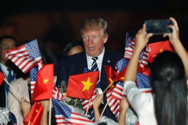 Tổng thống Trump tới sân bay quốc tế Nội Bài trong sự chào đón của các em nhỏ.