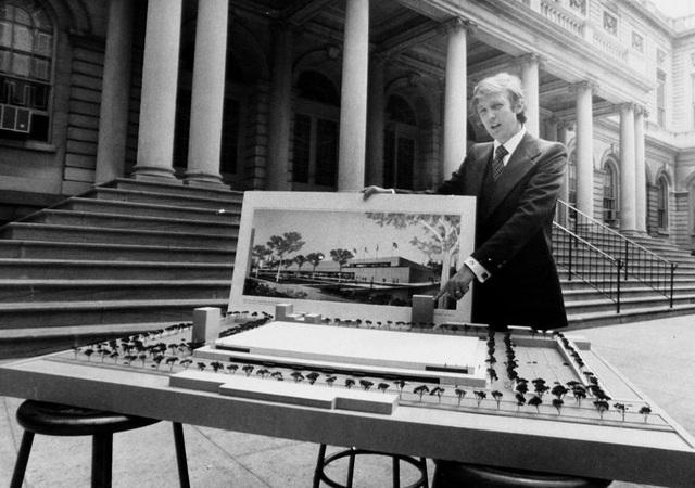 Trong thập niên 1970, doanh nhân Donald Trump bắt tay vào việc xây dựng nhiều công trình như khách sạn, các tòa nhà cao tầng,… tại New York và bắt đầu gây dựng được tiếng tăm trong giới kinh doanh bất động sản tại Mỹ. Trong ảnh: Donald Trump thuyết trình trước mô hình thu nhỏ của dự án City Hall Plaza năm 1977 (Ảnh: Getty)