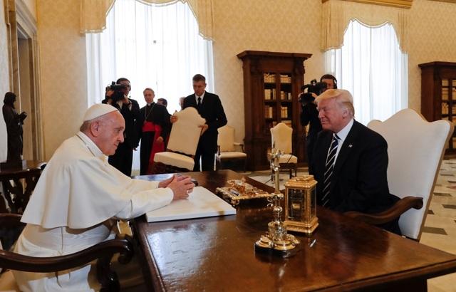 Tổng thống Trump sau đó đã có cuộc trò chuyện riêng với Giáo hoàng Francis. Cuối buổi nói chuyện, Giáo hoàng tặng nhà lãnh đạo Mỹ một cành olive chạm khắc tượng trưng cho hòa bình.
