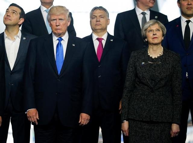 (Từ trái qua phải) Thủ tướng Hy Lạp Alexis Tsipras, Tổng thống Donald Trump, Thủ tướng Hungary Voktor Orban và Thủ tướng Anh Theresa May chụp ảnh lưu niệm trước khi bắt đầu hội nghị thượng đỉnh NATO tại Brussels.