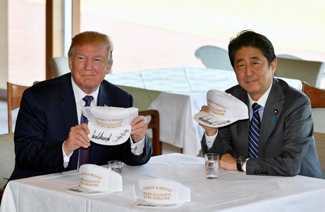 """Tại Câu lạc bộ Kasumigaseki ở Kawagoe, Tổng thống Trump và Thủ tướng Abe đã cùng ký tên vào những chiếc mũ màu trắng với khẩu hiệu """"Donald và Shinzo làm cho liên minh vĩ đại hơn"""". (Ảnh: Reuters)"""