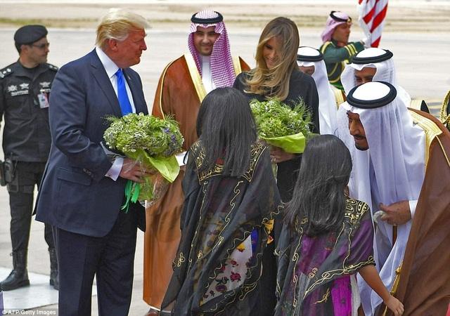 Hai bé gái tặng hoa cho Tổng thống Trump và phu nhân Melania. Quốc vương Salman bin Abdul-aziz al Saud (phải) ra tận sân bay để đón nhà lãnh đạo Mỹ.