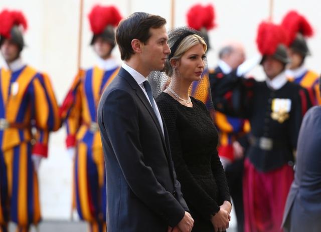 Đi cùng với Tổng thống Trump còn có con gái Ivanka và con rể Jared Kushner, cố vấn cấp cao của ông Trump tại Nhà Trắng. Ivanka cũng chọn trang phục màu đen giống Đệ nhất phu nhân Melania.