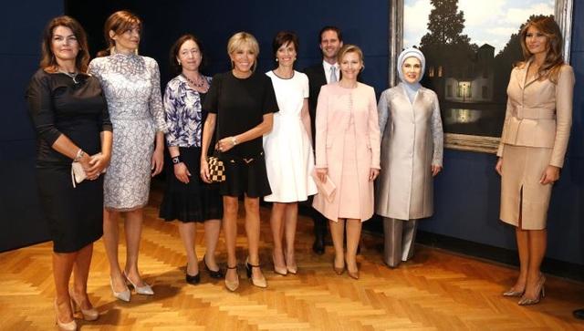 Đệ nhất phu nhân Mỹ Melania Trump (ngoài cùng bên phải), Đệ nhất phu nhân Pháp Brigitte Trogneux (áo đen, giữa) cùng một số đệ nhất phu nhân tới thăm Bảo tàng Magritte ở Bussels khi tháp tùng các nhà lãnh đạo tới Bỉ.