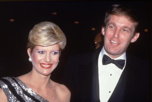 Ông Trump làm đám cưới với người vợ đầu tiên, cựu người mẫu Ivana vào năm 1977. Cặp đôi có với nhau 3 người con là Donald Jr, Ivanka và Eric trước khi ly hôn vào năm 1990. (Ảnh: Getty)
