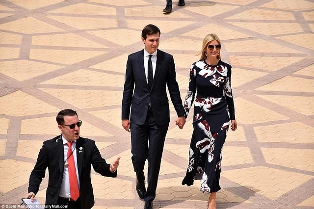 Con gái lớn của ông Trump, Ivanka Trump, và chồng Jared Kushner cũng tháp tùng cha trong chuyến thăm.