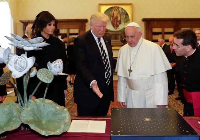 Ông Trump đã tặng Giáo hoàng một bộ diễn văn của nhà hoạt động nổi tiếng người Mỹ Martin Luther King sau khi Giáo hoàng trao cho tổng thống Mỹ bản sao bức thông điệp gần đây nhất của Giáo hoàng nhân Ngày Hòa bình thế giới.