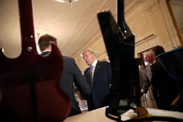 Tổng thống Trump đã tới xem rất nhiều sản phẩm đặc trưng của Mỹ thuộc nhiều lĩnh vực như thực phẩm, đồ uống, dụng cụ âm nhạc, trang phục phi hành gia, máy móc nông nghiệp,… được trưng bày tại buổi triển lãm. Nhà lãnh đạo Mỹ cũng bắt tay và trò chuyện với các chủ doanh nghiệp.