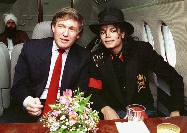 Là một doanh nhân giàu có, ông Trump có mối quan hệ thân thiết với nhiều ngôi sao giải trí và những người nổi tiếng. Trong ảnh: ông Trump chụp ảnh cùng ông hoàng nhạc pop Michael Jackson (Ảnh: FilmMagic)