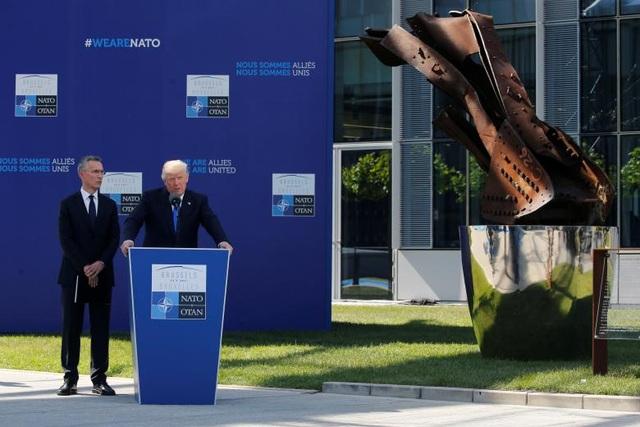 Tổng thống Trump phát biểu tại sự kiện trước khi bắt đầu hội nghị thượng đỉnh NATO. Đứng cạnh ông là Tổng thư ký NATO Jens Stoltenberg.