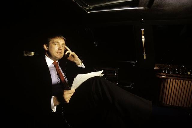 Thập niên 1980 tiếp tục là khoảng thời gian thành công của doanh nhân Donald Trump. Tuy chỉ mới ngoài 30 tuổi nhưng ông Trump đã nắm trong tay khối tài sản lớn. Năm 1983, ông khai trương Tháp Trump, tòa nhà cao tầng tráng lệ tại khu vực Manhattan nhộn nhịp ở New York. Tháp Trump sau này cũng trở thành đại bản doanh của tỷ phú Trump, nơi ông cùng gia đình sinh sống và làm việc. Ngoài ra, ông trùm bất động sản còn sở hữu nhiều tài sản có giá trị như trực thăng hay xe hơi đắt tiền. Trong ảnh: ông Trump di chuyển quanh thành phố New York trong chiếc limousine đắt đỏ năm 1987 (Ảnh: Getty)