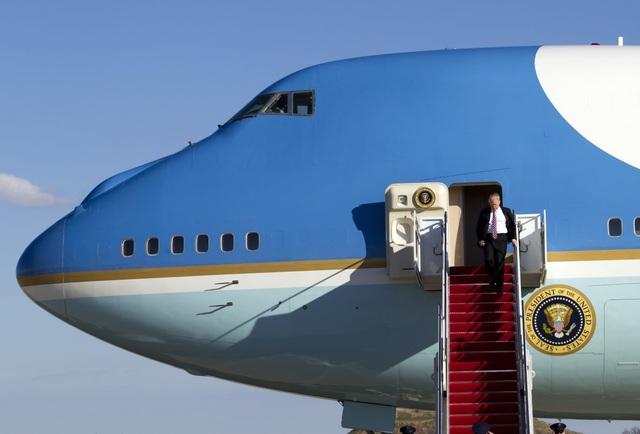 Đây là lần đầu tiên ông Trump đi chuyên cơ Không lực Một kể từ khi đắc cử Tổng thống hôm 20/1. (Ảnh: AP)