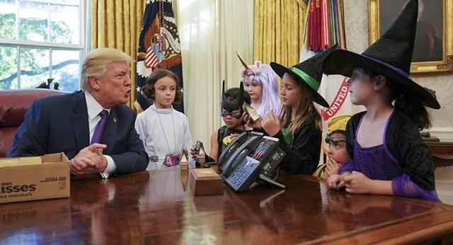 """""""Chúng thật sự là những đứa trẻ xinh đẹp và tuyệt vời. Các bạn đã sinh ra những đứa trẻ đáng yêu đó"""", ông Trump nói với các phóng viên phụ trách Nhà Trắng. (Ảnh: AP)"""