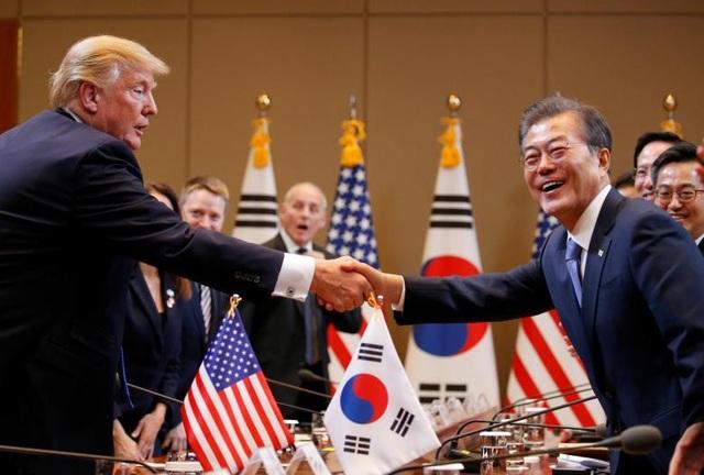 Kết thúc chuyến công du Nhật Bản, Tổng thống Donald Trump tới Hàn Quốc. Trong ảnh, Tổng thống Trump bắt tay Tổng thống Hàn Quốc Moon Jae-in tại Nhà Xanh ở thủ đô Seoul.
