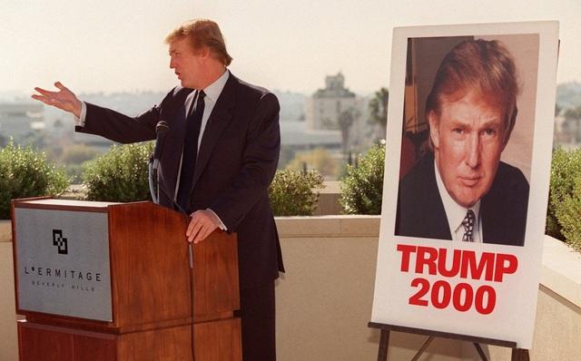 Vào thời điểm cuối những năm 1990, tỷ phú Donald Trump bắt đầu dành sự quan tâm cho hoạt động chính trị. Năm 1999, ông gia nhập đảng Cải cách và phát động chiến dịch chạy đua cho chức tổng thống Mỹ 1 năm sau đó. Tuy nhiên, ông Trump đã không thể đi sâu hơn trong cuộc đua này. Trong ảnh: ông Trump diễn thuyết tại California vào ngày 6/12/1999 trong nỗ lực vận động tranh cử tổng thống (Ảnh: BI)