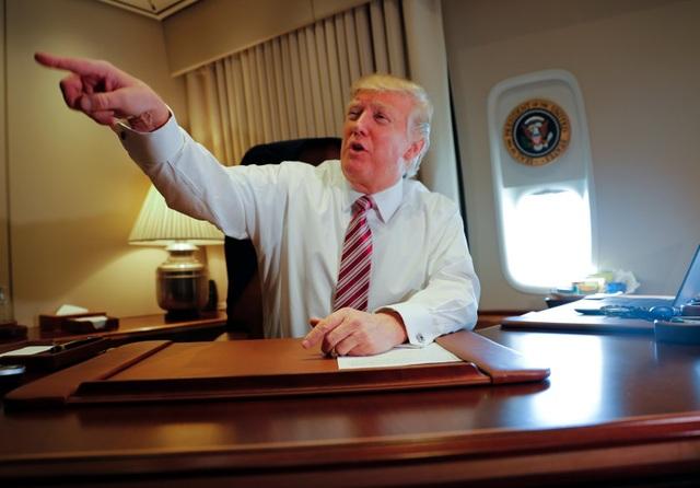 Không lực Một được ví như khách sạn bay bởi nội thất sang trọng. Máy bay rộng 371 m2, có Phòng tình huống và Phòng bầu dục và được trang bị các thiết bị hiện đại nhất để đảm bảo sự an toàn của tổng thống Mỹ.