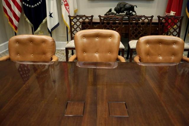 Một chiếc ghế được đặt cao hơn so với những chiếc ghế còn lại trong Phòng Roosevelt - nơi diễn ra các cuộc họp quan trọng của chính quyền Mỹ. Đây là ghế dành riêng cho Tổng thống.