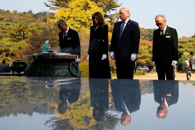 Tổng thống Trump và Đệ nhất phu nhân Melania tới đặt vòng hoa tại Đài tưởng niệm Quốc gia ở Seoul, Hàn Quốc.