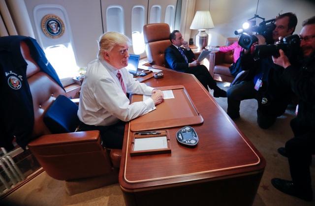Trên đường trở về Nhà Trắng từ Philadelphia, ông Trump đã mời các phóng viên vào phòng làm việc của ông trên chiếc chuyên cơ để chụp hình và trả lời vài câu hỏi. (Ảnh: AP)