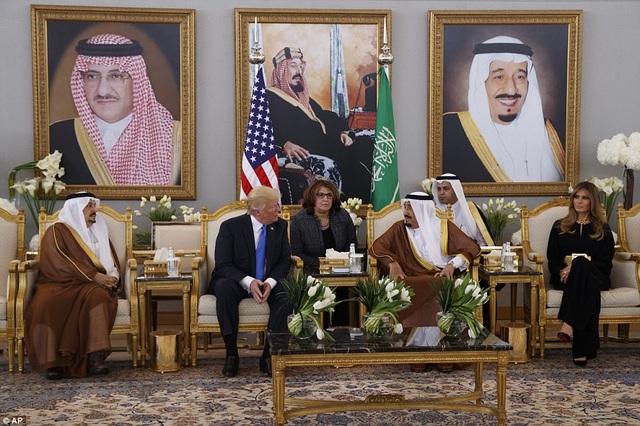 Quốc vương Salman bin Abdulaziz Al Saud tiếp đón Tổng thống Mỹ tại nhà gia Hoàng gia ở sân bay Vua Khalid.