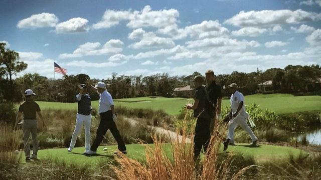 Bức ảnh chụp Tổng thống Donald Trump và Thủ tướng Shinzo Abe vỗ tay nhau trên sân golf được đăng trên Twitter hôm 11/2 (Ảnh: Twitter)