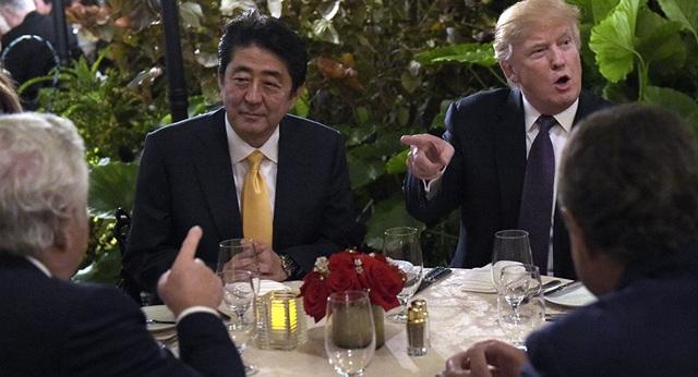 Tổng thống Donald Trump (phải) tiếp Thủ tướng Nhật Bản Shinzo Abe tại khu nghỉ dưỡng Mar-a-Lago hồi tháng 2 (Ảnh: Getty)
