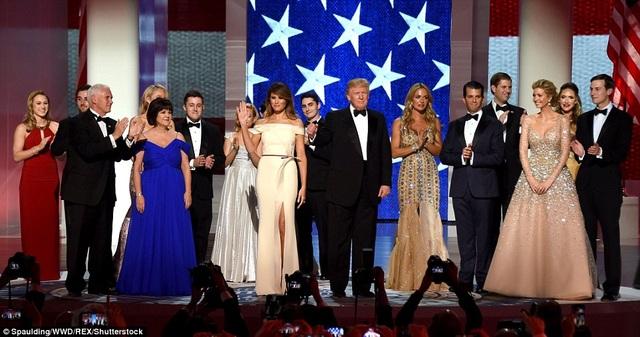Vợ chồng tân Tổng thống Donald Trump và Phó Tổng thống Mike Pence tại một buổi tiệc khiêu vũ mừng lễ nhậm chức tối ngày 20/1. (Ảnh: Rex)