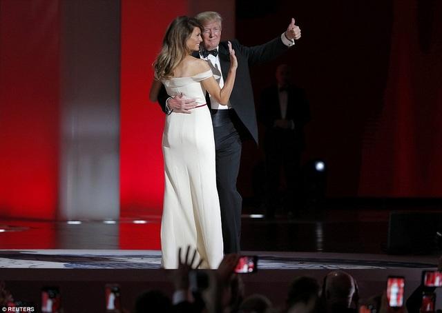 Chiếc váy hở vay tôn trọn vóng dáng gợi cảm của cựu người mẫu Slovenia. (Ảnh: Reuters)