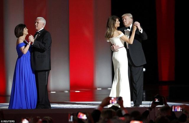 Trong khi đó, Đệ nhị phu nhân Karen Pence mặc váy xanh vai trần cho tiệc khiêu vũ. (Ảnh: Reuters)