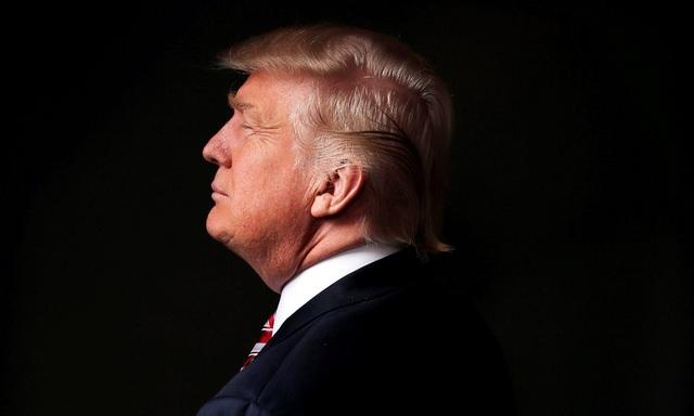 """Trong chiến dịch tranh cử của mình, Donald Trump đã ghi dấu ấn qua hàng loạt phát ngôn gây sốc và khiến dư luận không ít lần """"dậy sóng"""", trong đó có đề xuất cấm người Hồi giáo nhập cư vào Mỹ, xây tường ngăn biên giới Mỹ-Mexico hay xúc phạm phụ nữ. Trong khi nhiều người ủng hộ phong cách thẳng thắn và bộc trực của tỷ phú New York thì làn sóng biểu tình phản đối ông cũng dâng cao ở nhiều nơi trong suốt thời điểm diễn ra cuộc bầu cử Mỹ. (Ảnh: Reuters)"""