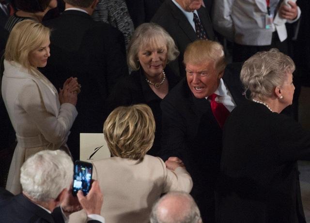 Tổng thống Trump bắt tay bà Clinton tại tiệc trưa ngày 20/1 ở Điện Capitol (Ảnh: Getty)